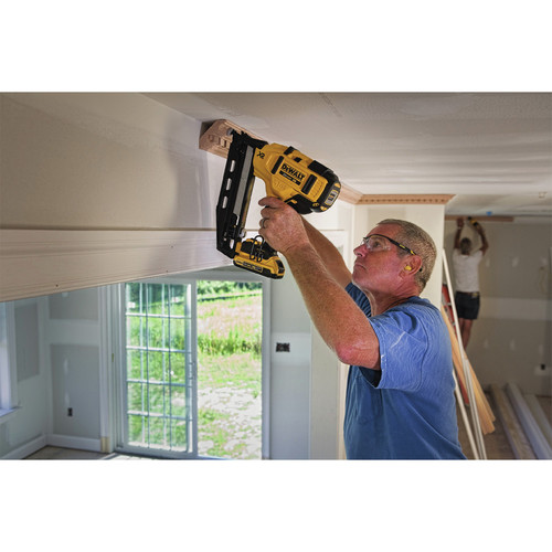 Dewalt DCN660D1 20V MAX 2.0 Ah Cordless Lithium-Ion 16 Gauge 2-1/2 in. 20 Degree Angled Finish Nailer Kit image number 11